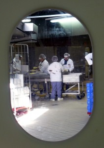 Dans la grande cuisine centrale, le personnel s'affaire à la préparation de quelque 30 000  repas.