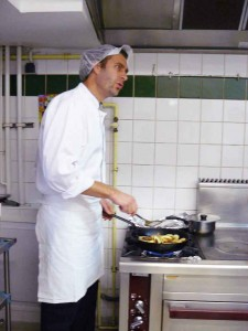 Lionel travaille avec une équipe de trois cuisiniers et deux personnes en salle.