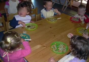 """Grâce à l'intervention du Parc naturel régional du Vercors et le projet """"Alimentation-santé-territoires"""", les repas sont devenus majoritairement bio, locaux, de saison, et faits maison à la rentrée. """"C'est la fin des repas tupperware !"""", observe une maman"""