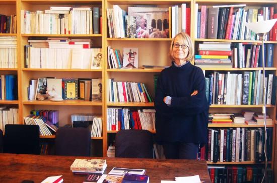 Françoise Nyssen, directrice des éditions Ates Sud, dans son bureau-bibliothèque d'Arles.