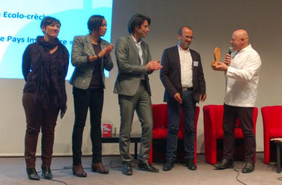 L'ambition pédagogique récompensée par le chef Thierry Marx à l'équipe de Mouans-Sartoux : cuisinière, animatrice, le maire Pierre Aschieri et son adjoint Gilles Pérole.