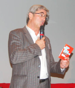 Le manifeste d'Un Plus Bio en main, lors de la rencontre nationale du Club des Territoires, à Paris en novembre 2015.