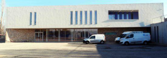 Cuisine et restaurant scolaire au rez-de-chaussée, complexe sportif pour les associations à l'étage.